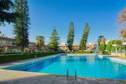 Бассейн. Кипр, Центр Лимассола : Апартамент в комплексе с бассейном и теннисным кортом, с гостиной, отдельной спальней и балконом