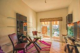Гостиная. Кипр, Центр Лимассола : Апартамент в комплексе с бассейном и теннисным кортом, с гостиной, отдельной спальней и балконом