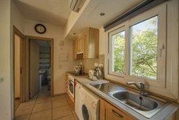 Кухня. Кипр, Центр Лимассола : Апартамент в комплексе с бассейном и теннисным кортом, с гостиной, отдельной спальней и балконом