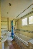 Ванная комната. Кипр, Центр Лимассола : Апартамент в комплексе с бассейном и теннисным кортом, с гостиной, отдельной спальней и балконом
