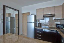 Кухня. Кипр, Центр Лимассола : Современный апартамент в комплексе с бассейном, в 100 метрах от пляжа, с гостиной, отдельной спальней и балконом с видом на море