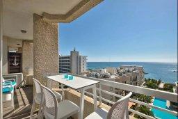 Балкон. Кипр, Центр Лимассола : Современный апартамент в комплексе с бассейном, в 100 метрах от пляжа, с гостиной, отдельной спальней и балконом с видом на море