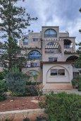 Фасад дома. Кипр, Айос Тихонас Лимассол : Прекрасный апартамент недалеко от пляжа, с гостиной и отдельной спальней
