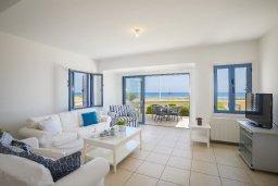 Гостиная. Кипр, Пернера Тринити : Прекрасная вилла в 100 метрах от пляжа и с видом на море, 4 спальни, 3 ванные комнаты, барбекю, парковка, патио, Wi-Fi