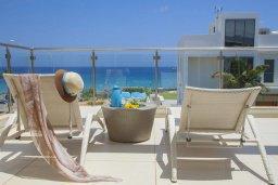Терраса. Кипр, Фиг Три Бэй Протарас : Современная вилла с бассейном в 100 метрах от пляжа, просторная гостиная с большой кухней, 5 спален, 5 ванных комнаты, патио, барбекю, парковка, Wi-Fi