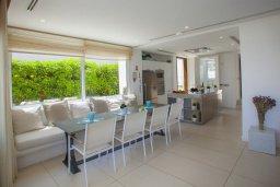 Обеденная зона. Кипр, Фиг Три Бэй Протарас : Современная вилла с бассейном в 100 метрах от пляжа, просторная гостиная с большой кухней, 5 спален, 5 ванных комнаты, патио, барбекю, парковка, Wi-Fi