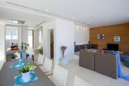 Гостиная. Кипр, Фиг Три Бэй Протарас : Современная вилла с бассейном в 100 метрах от пляжа, просторная гостиная с большой кухней, 5 спален, 5 ванных комнаты, патио, барбекю, парковка, Wi-Fi