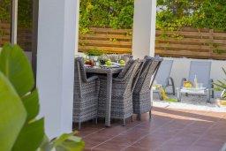 Обеденная зона. Кипр, Перволия : Уютная вилла с зеленым двориком недалеко от пляжа, 4 спальни, 3 ванные комнаты, барбекю, парковка, Wi-Fi