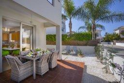 Территория. Кипр, Перволия : Уютная вилла с зеленым двориком недалеко от пляжа, 4 спальни, 3 ванные комнаты, барбекю, парковка, Wi-Fi