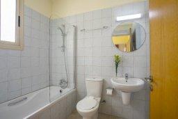 Ванная комната. Кипр, Перволия : Уютная вилла с зеленым двориком недалеко от пляжа, 4 спальни, 3 ванные комнаты, барбекю, парковка, Wi-Fi