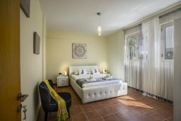 Спальня. Кипр, Перволия : Уютная вилла с зеленым двориком недалеко от пляжа, 4 спальни, 3 ванные комнаты, барбекю, парковка, Wi-Fi