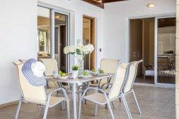 Обеденная зона. Кипр, Коннос Бэй : Уютная вилла с бассейном и двориком с барбекю, 3 спальни, 3 ванные комнаты, парковка, Wi-Fi