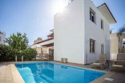 Фасад дома. Кипр, Коннос Бэй : Уютная вилла с бассейном и двориком с барбекю, 3 спальни, 3 ванные комнаты, парковка, Wi-Fi