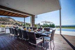 Обеденная зона. Кипр, Киссонерга : Роскошная современная вилла с большим бассейном и зеленой территорией, 6 спален, 7 ванных комнат, игровая комната, барбекю, патио, парковка, Wi-Fi