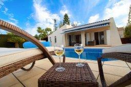 Фасад дома. Кипр, Корал Бэй : Уютная вилла с бассейном и двориком с барбекю, 2 спальни, 2 ванные комнаты, парковка, Wi-Fi