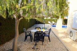 Обеденная зона. Кипр, Корал Бэй : Уютная вилла с бассейном и двориком с барбекю, 2 спальни, 2 ванные комнаты, парковка, Wi-Fi