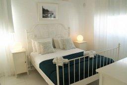 Спальня. Кипр, Каппарис : Современная вилла с бассейном и двориком с барбекю, 3 спальни, 3 ванные комнаты, патио, парковка, Wi-Fi