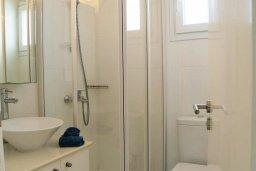 Ванная комната. Кипр, Каппарис : Современная вилла с бассейном и двориком с барбекю, 3 спальни, 3 ванные комнаты, патио, парковка, Wi-Fi