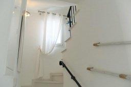 Лестница наверх. Кипр, Каппарис : Современная вилла с бассейном и двориком с барбекю, 3 спальни, 3 ванные комнаты, патио, парковка, Wi-Fi
