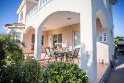 Фасад дома. Кипр, Корал Бэй : Роскошная вилла с бассейном и зеленым двориком, 3 спальни, 2 ванные комнаты, барбекю, парковка, Wi-Fi