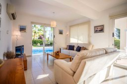 Гостиная. Кипр, Корал Бэй : Роскошная вилла с бассейном и зеленым двориком, 3 спальни, 2 ванные комнаты, барбекю, парковка, Wi-Fi