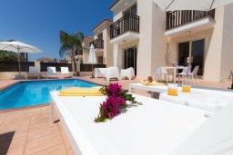 Зона отдыха у бассейна. Кипр, Каппарис : Уютная вилла с бассейном и двориком с барбекю, 3 спальни, 3 ванные комнаты, парковка, Wi-Fi
