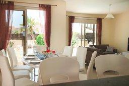 Обеденная зона. Кипр, Каппарис : Уютная вилла с бассейном и двориком с барбекю, 3 спальни, 3 ванные комнаты, парковка, Wi-Fi