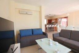 Гостиная. Кипр, Каппарис : Уютная вилла с бассейном и двориком с барбекю, 3 спальни, 3 ванные комнаты, парковка, Wi-Fi