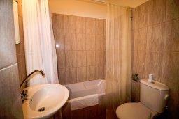 Ванная комната. Кипр, Пейя : Современный апартамент в комплексе с бассейном, с гостиной, отдельной спальней и террасой
