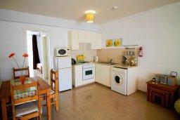 Кухня. Кипр, Пейя : Современный апартамент в комплексе с бассейном, с гостиной, отдельной спальней и террасой