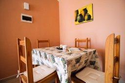 Обеденная зона. Кипр, Пейя : Современный апартамент в комплексе с бассейном, с гостиной, отдельной спальней и террасой