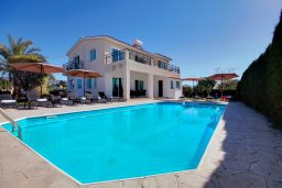 Фасад дома. Кипр, Пейя : Шикарная вилла с бассейном и зеленым двориком с барбекю и настольным теннисом, 2 гостиные, 4 спальни, 4 ванные комнаты, парковка, Wi-Fi