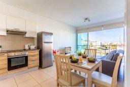 Обеденная зона. Кипр, Фиг Три Бэй Протарас : Современный апартамент в комплексе с бассейном, 50 метров до пляжа, с гостиной, отдельной спальней и балконом с боковым видом на море