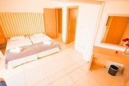 Спальня. Кипр, Фиг Три Бэй Протарас : Роскошный апартамент в комплексе с бассейном, 50 метров до пляжа, с гостиной, двумя спальнями, двумя ванными комнатами и террасой с шикарным видом на море