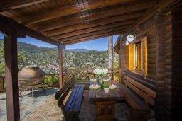 Терраса. Кипр, Троодос : Комплекс из трех деревянных коттеджей с большой зеленой территорией, 3 гостиные с кухнями, 8 спален, 4 ванные комнаты, барбекю, парковка, Wi-Fi