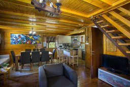 Гостиная. Кипр, Троодос : Комплекс из трех деревянных коттеджей с большой зеленой территорией, 3 гостиные с кухнями, 8 спален, 4 ванные комнаты, барбекю, парковка, Wi-Fi