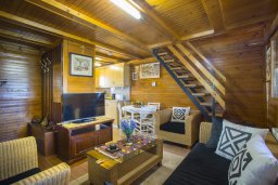 Гостиная. Кипр, Троодос : Двухэтажный деревянный коттедж с большой зеленой территорией, 2 спальни, барбекю, парковка, Wi-Fi