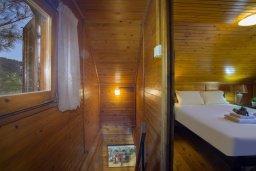 Спальня. Кипр, Троодос : Двухэтажный деревянный коттедж с большой зеленой территорией, 2 спальни, барбекю, парковка, Wi-Fi