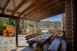 Терраса. Кипр, Троодос : Двухэтажный деревянный коттедж с большой зеленой территорией, 3 спальни, 2 ванные комнаты, барбекю, парковка, Wi-Fi
