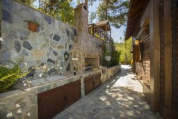 Территория. Кипр, Троодос : Двухэтажный деревянный коттедж с большой зеленой территорией, 3 спальни, 2 ванные комнаты, барбекю, парковка, Wi-Fi