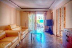 Гостиная. Кипр, Гермасойя Лимассол : Апартамент в 100 метрах от моря в комплексе с бассейном, с гостиной, двумя спальнями и балконом с видом на море