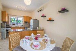 Обеденная зона. Кипр, Пернера Тринити : Комфортабельная вилла с 2-мя спальнями, с бассейном и приватным двориком с патио и барбекю