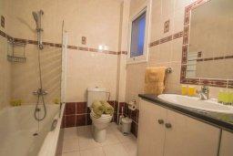 Ванная комната. Кипр, Каппарис : Прекрасный апартамент в комплексе с бассейном, с гостиной, двумя спальнями и большой террасой