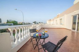 Терраса. Кипр, Каппарис : Прекрасный апартамент в комплексе с бассейном, с гостиной, двумя спальнями и большой террасой