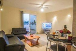 Гостиная. Кипр, Каппарис : Прекрасный апартамент в комплексе с бассейном, с гостиной, двумя спальнями и большой террасой