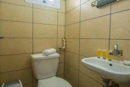 Ванная комната 2. Кипр, Центр Айя Напы : Потрясающий просторный апартамент в центре Айя-Напы, с гостиной, тремя спальнями, двумя ванными комнатами и балконом