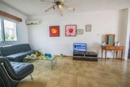 Гостиная. Кипр, Центр Айя Напы : Потрясающий просторный апартамент в центре Айя-Напы, с гостиной, тремя спальнями, двумя ванными комнатами и балконом