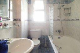 Ванная комната. Кипр, Центр Айя Напы : Потрясающий современный апартамент в центре Ай-Напы, с гостиной, двумя спальнями и балконом