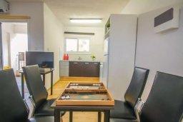 Обеденная зона. Кипр, Центр Айя Напы : Уютный апартамент в центре Айя Напы, с гостиной, отдельной спальней и балконом