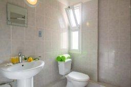 Ванная комната. Кипр, Центр Айя Напы : Уютный апартамент в центре Айя Напы, с гостиной, отдельной спальней и балконом